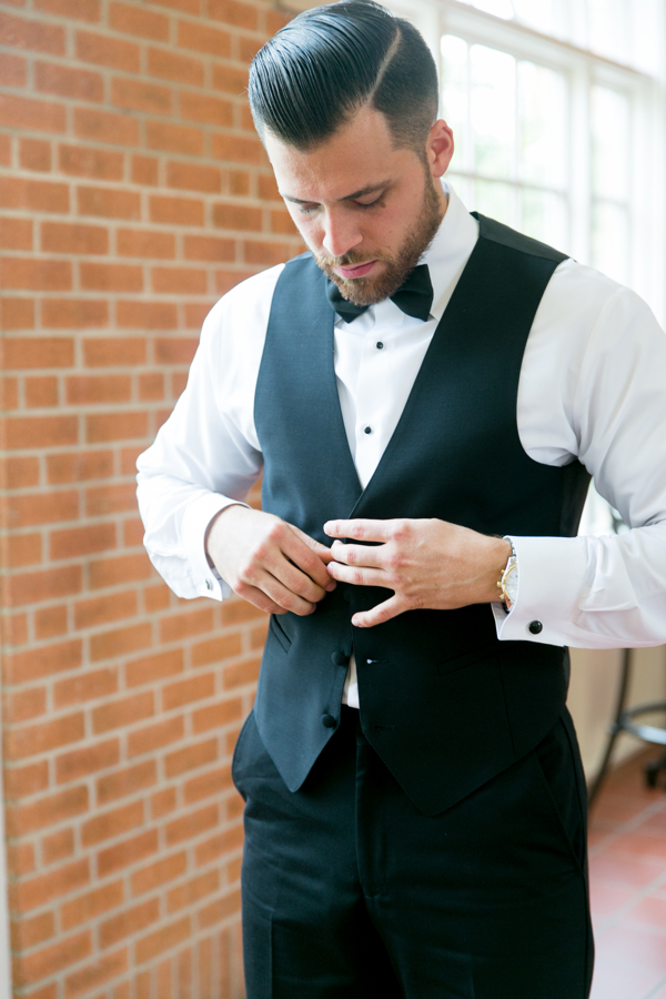 groom-getting-ready-for-wedding