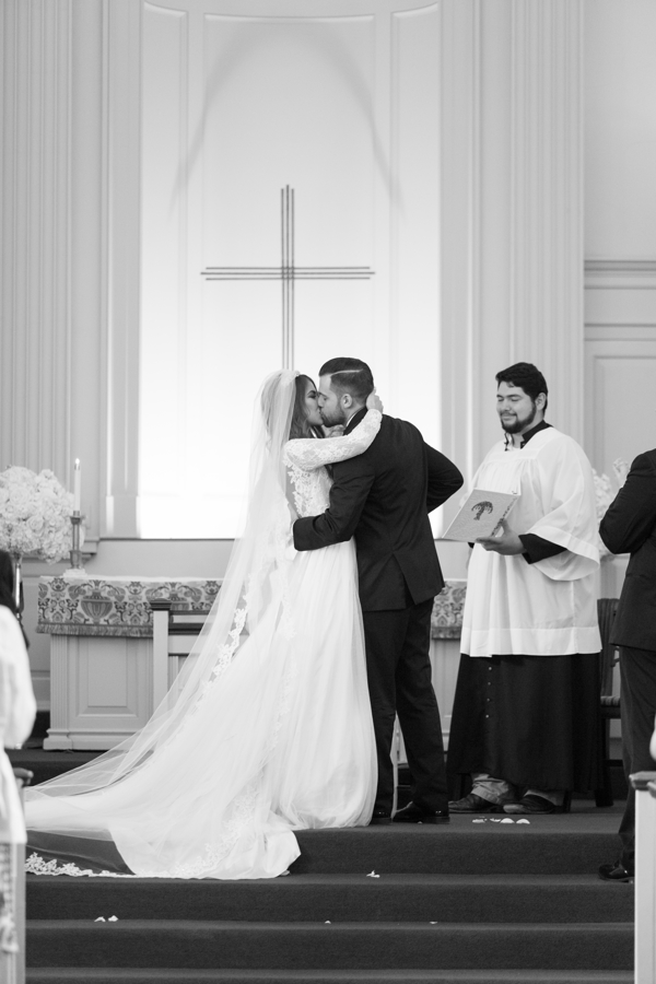dallas-bride-and-groom-kiss