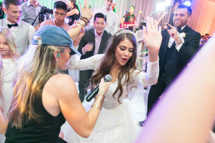 bride-singing-at-reception