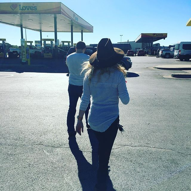 Truck stop warriors @dylnshpprd  @kristenkellymusic #somewheredownintexas🇨🇱 #roadlife #nashvillecomeshometour16