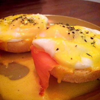 Egg Benedict with Smoked Salmon. Meleleh di mana-manaaaa...
