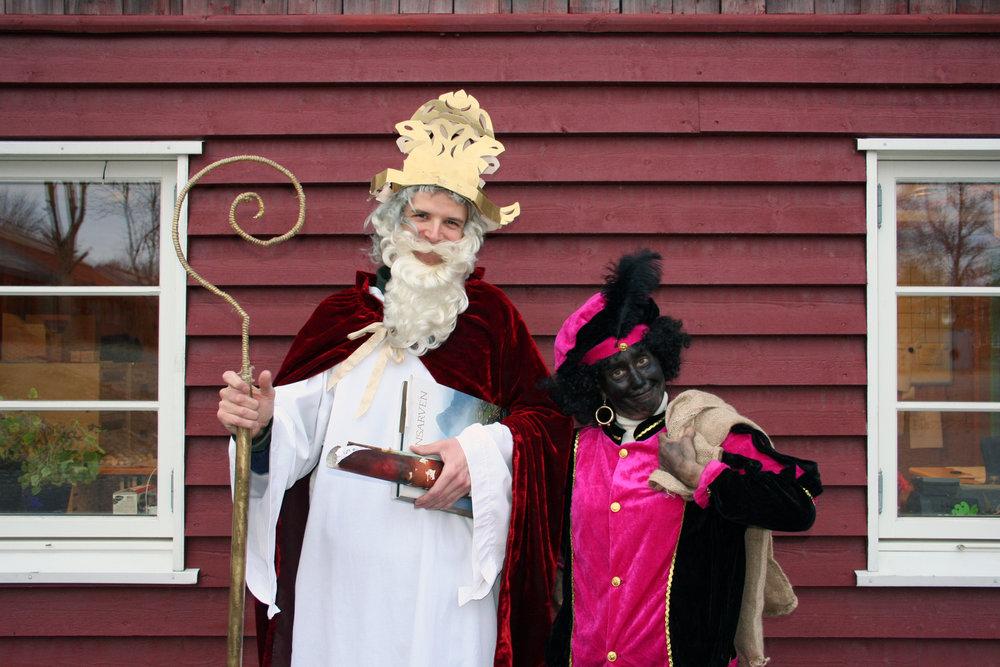 Når disse to dukker opp midt i hovedfagstimen, er det 6. desember. Det er st. Nikolas og hans litt mer sotete, ikke helt enige medhjelper Ruprecht, som kommer med både ris og ros til klassene. Og så litt godteri, som det viser seg at alle har fortjent.