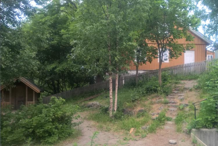 Det er mindre enn et steinkast mellom Lønneberget og Solstua.
