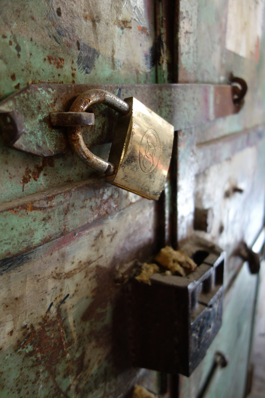 vintage-door-old-padlock