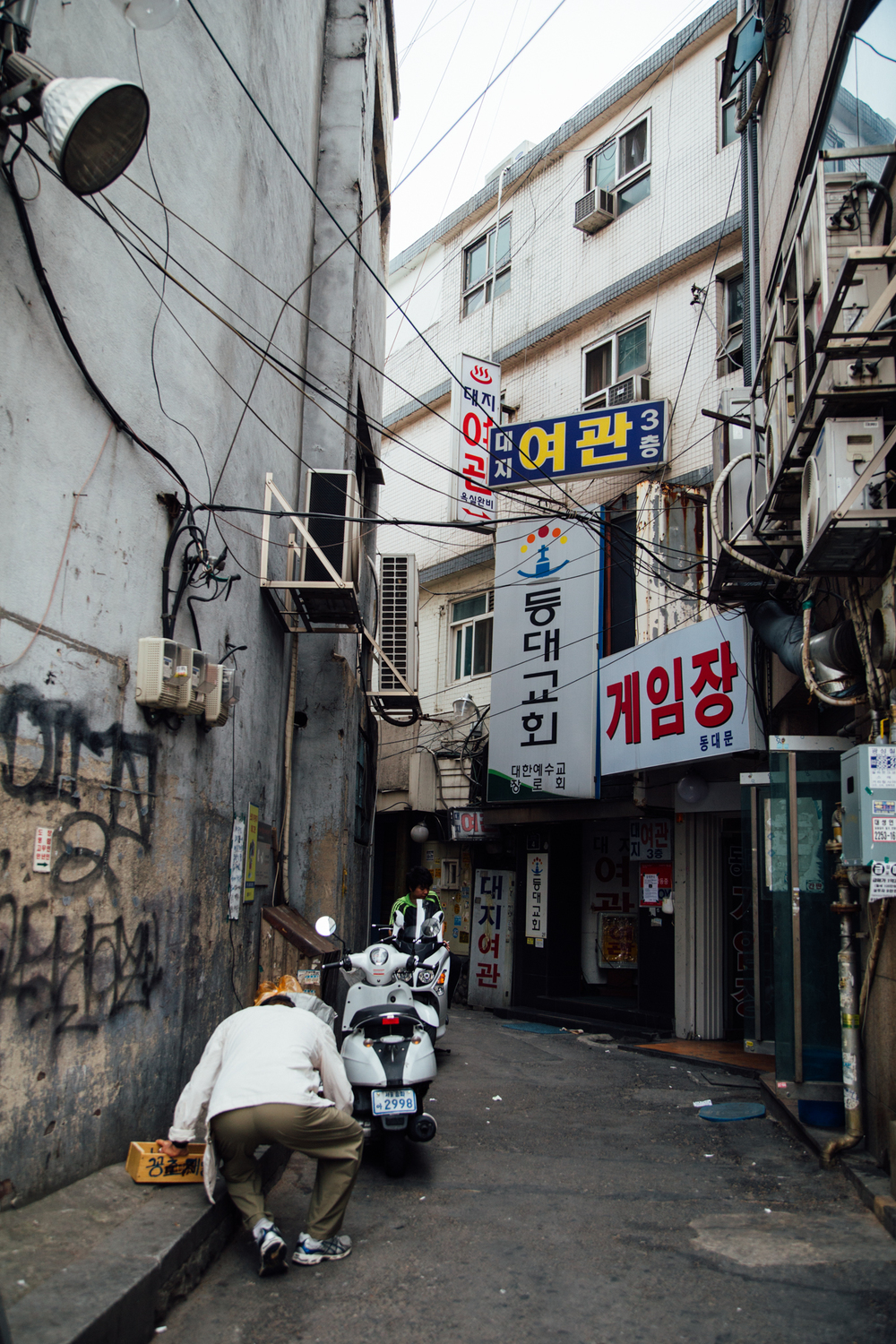 Next I headed to the Dongdaemun area for Heunginjimun Gate (동대문 - 흥인지문) unfortunately it was closed so I decided to do a little shopping around the area. There was such a big change in atmosphere going from Bukchon's peaceful (and clean) neighborhoods to the bustling streets around Dongdaemun.