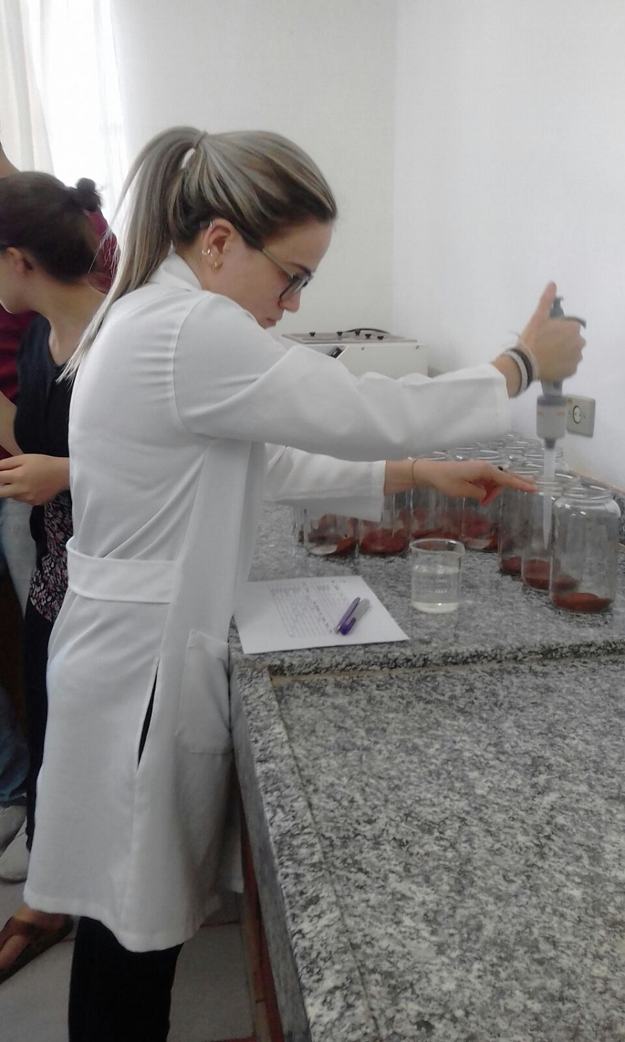 Thaís busy in the lab.
