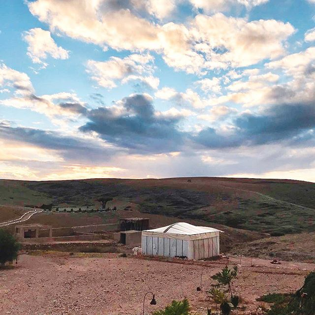 Our dinner setting at #UnsettledMorocco features a true plant-to-table experience at a local family's sustainable farm. It doesn't get more real than this ⛺️ (📷: Morocco participant @thelectricaro) . #BeUnsettled #EmbraceTheUnknown
