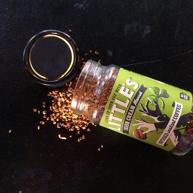 Irish Cream infused instant coffee☕️ Ser ut som gull og lukter himmelsk!  Ta den med på tur i dag!  Fyll termosen med kokende vann, ta på deg turtøyet, stikk innom rødt sukker og få med deg en pulverkaffe, og nyt sola! Lykke☕️ #wearelittles #instantcoffee #irishcoffee