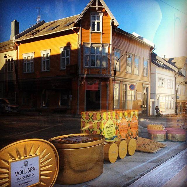 Snart påske på @rodtsukker 🐣🐣🐣 #voluspa #pukka #wearelittles #janekønig #ecoya #yellow #påske #påskeifarsund #sol