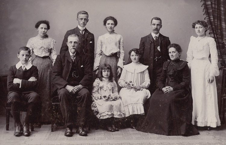 family_portrait_c_1900_7x5