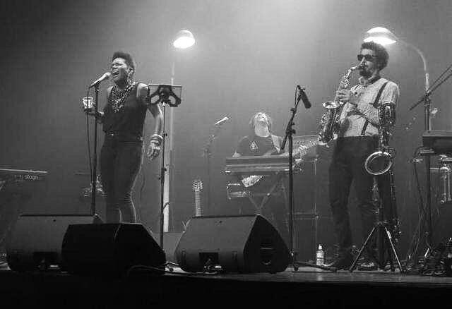 """""""De « Disconnected » à « Breaking Point », en passant par « Watch Out », le groupe a alterné des morceaux à la rythmique imparable (où le saxophoniste Luigi Grasso et le pianiste Joe Armon Jones ont montré toute l'étendue de leur talent) avec des ballades plus calmes permettant à China Moses d'exploiter toute sa sensibilité. Une soirée parfaite."""" #stbenoitswing Photo: Laurent Favreuille #lanouvellerepublique #presstalk #aboutlastnight #lukecanbendbackprettyfarhuh 😉💗"""