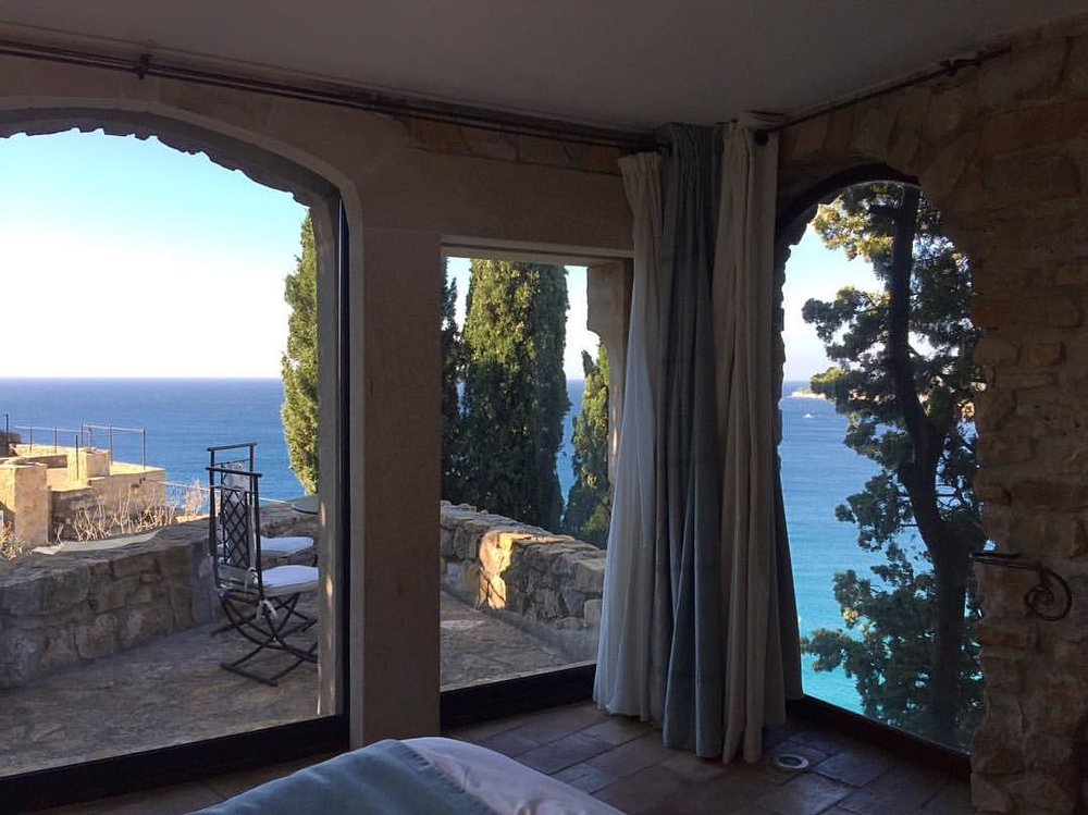 • Woke up like this • #chateaudecassis #cassis #france #hotellife #hotelview The mayor of Cassis, after my concert this summer, with #AndreManoukian invited me to stay a night at this beautiful #bedandbreakfast. I could not say no ! 😎 🇫🇷 #laclassedujazz #thejazzlife #singerontheroad