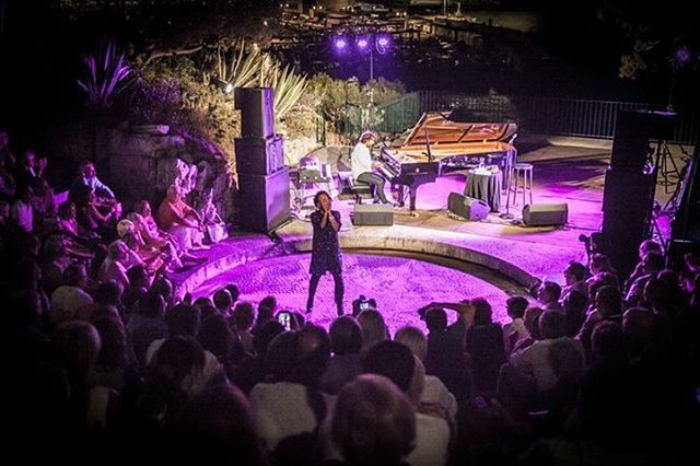 Photo: Lionel Degio #cassisjazzfestival #cassis #jazzlovers #andremanoukian #singerontheroad #france