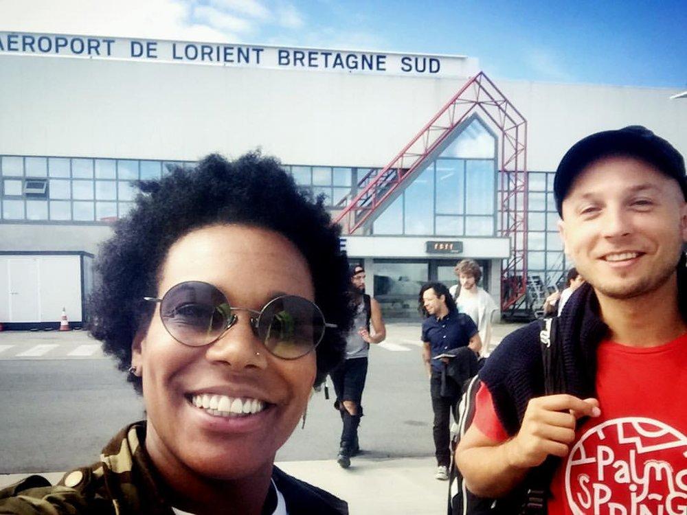 Toulon on arrive! Concert ce soir gratuit… Place de l'Equerre II Toulon we are on the way, free concert tonight 🤘🏽☀️🎤💜 #labretagnecavousgagne #jazzykrampouezh #nevez #jazzatoulon #france #singerontheroad  (at Lorient South Brittany Airport)