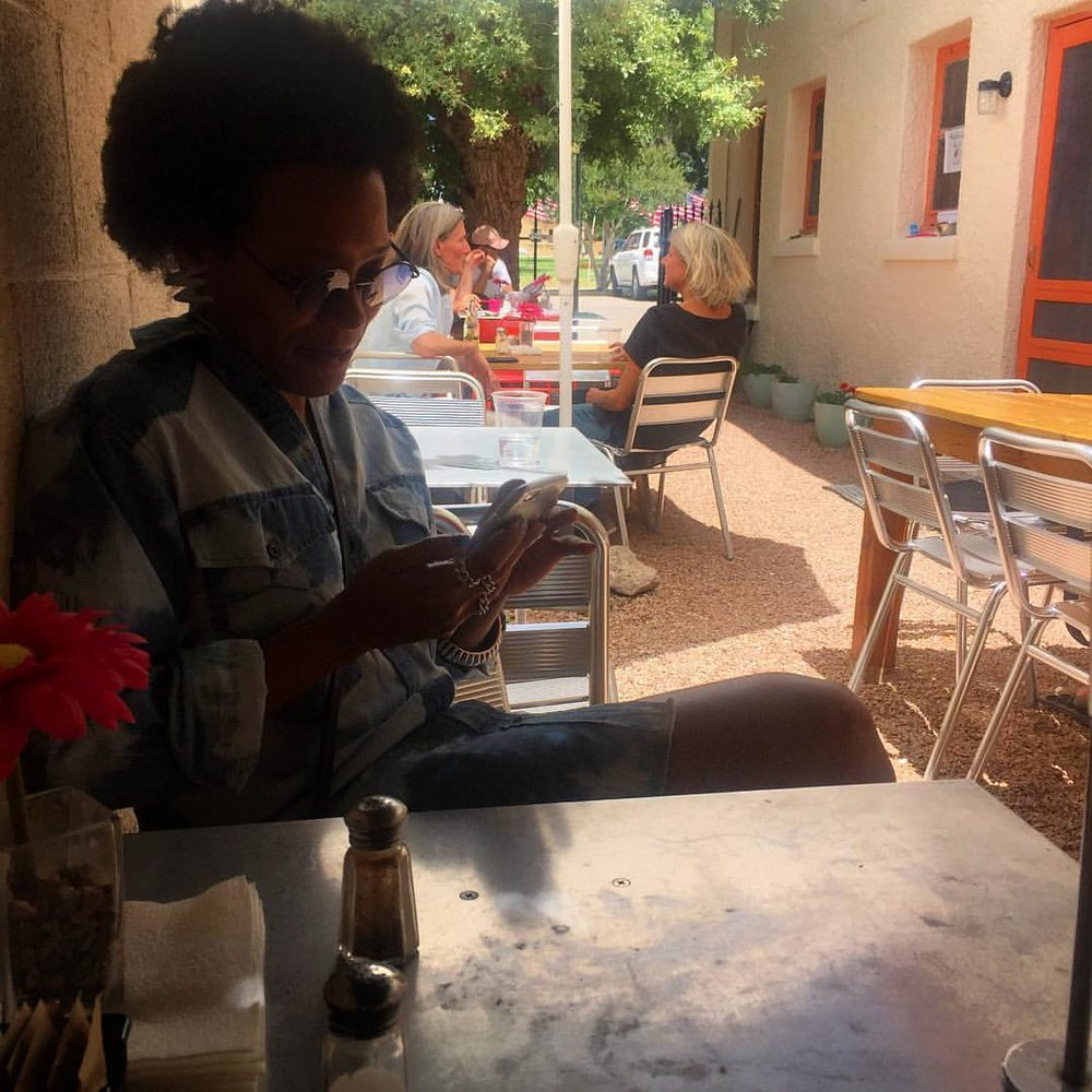 When you get free wifi 😎 You write wonderful things about your mom and post them your social networks and she takes a picture of you in midst #modernconversation 😄 #Marfa #Texas #roadtrippin (à Squeeze marfa)