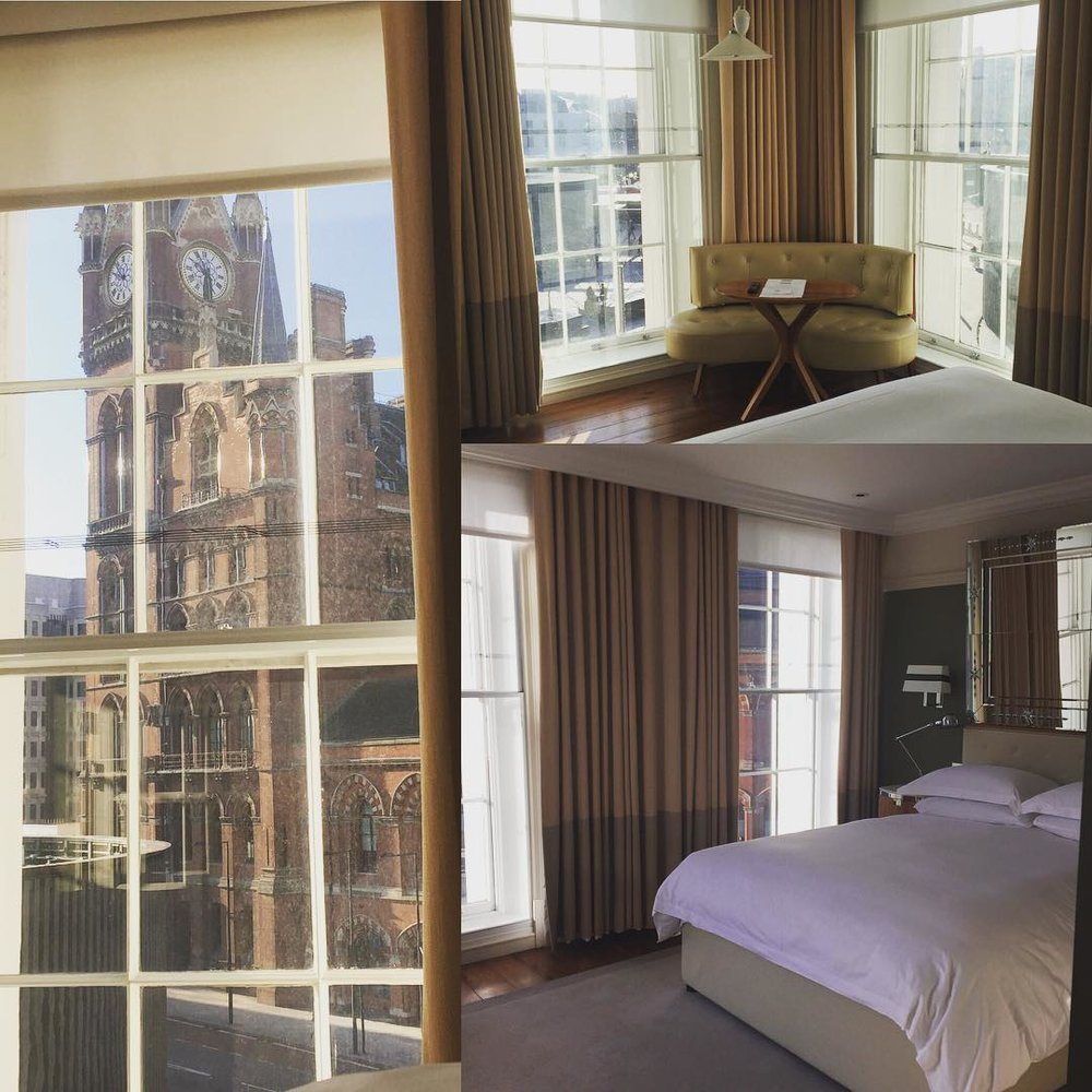 #hotellife #greatnorthenhotel #kingscross One of my favorite places to stay in #London The beds are comfy and the floor to ceiling windows make you feel like your levitation when you wake up… Oh and the food… Best #trainstation #stpancras hotel I have been to and the staff is wonderful. #blessed #singerontheroad (à Great Northern Hotel)