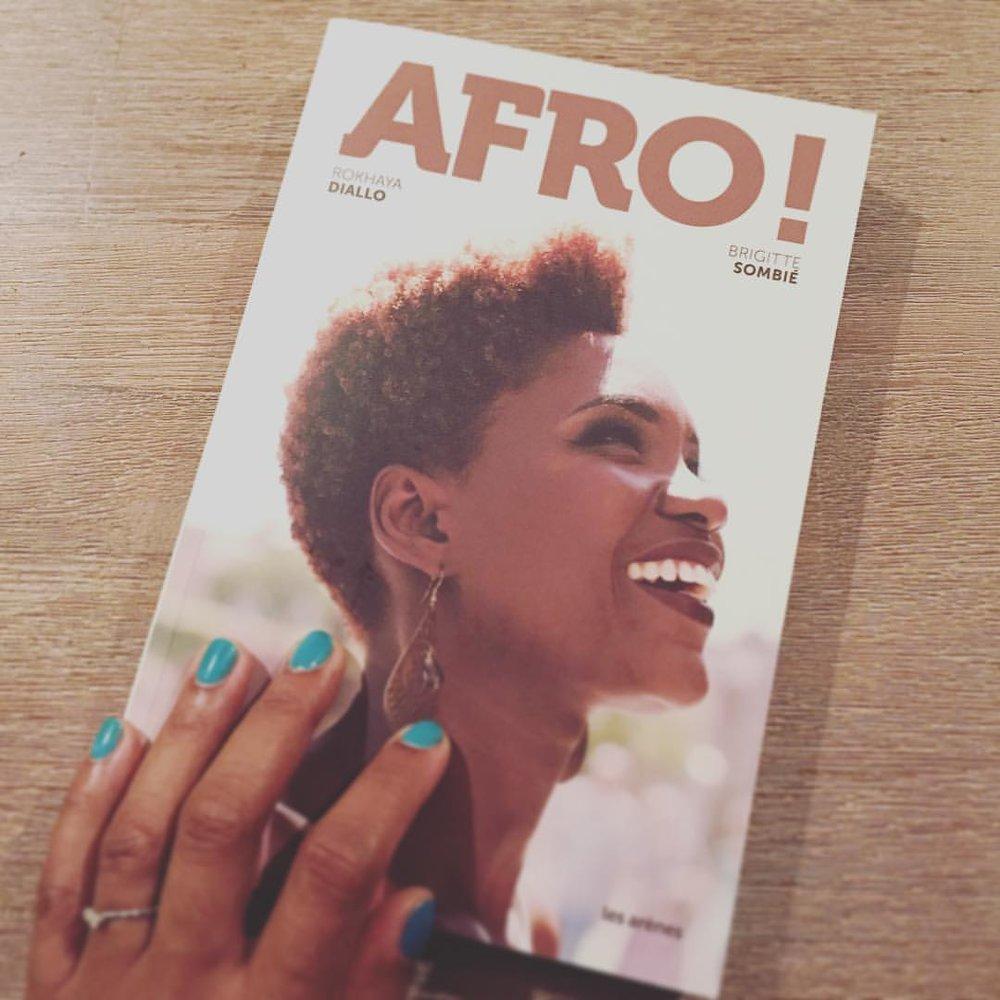 Heureuse de figurer dans ce livre… Finalement un matin où je peux lire tranquillement #afro de @rokhayadiallo et Brigitte Sombié. 👏🏾 (Mais pourquoi vous avez donné l'âge des gens ladies ???!!! C'est de la haute trahison 😂)
