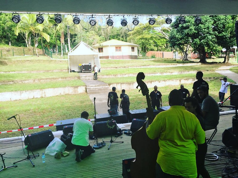 Our home for this afternoon. Having a wonderful #sunday #picnic concert #freeshow #madinina #martinique #972 #jazzfestival #tropiquesatrium #breakingpoint #watchout  (à Domaine de La Pagerie)