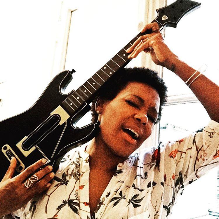👀 Channeling my inner #guitarherolive 🎸🎮 #tgif #jimihendrixwouldbeproud #rosettatharpestyle #iamgoingtoplayallweekendlong