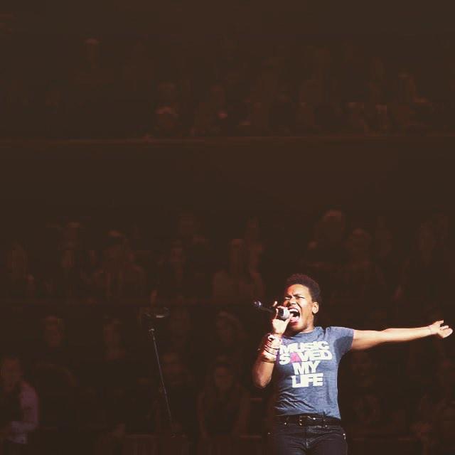 """If you ain't sweatin' you ain't sangin'"" #solidaritesida @solidaritesida #musicsavedmylife #paris #singerontheroad 📷 Pic: Laurent Attias (à Cirque d'hiver)"