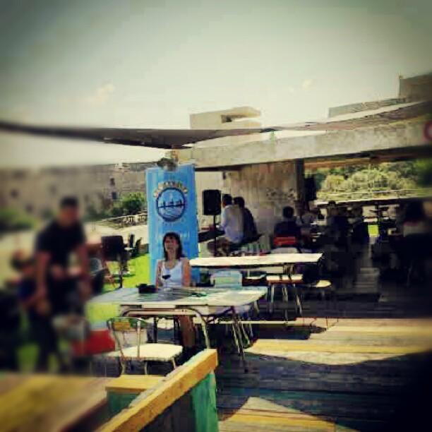 #wheretohang #marseille le rowing club. #brunch terrasse dans le ciel funky. (la femme à la table c' est #anais #chanteuse #rawtalent)
