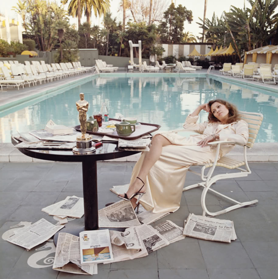 AFTER ALL THE APPLAUSE Faye Dunawaypoolside at the Beverly Hills Hotel,the morning after the 1977 Oscars. TheAcademyAward she won the previous night, made for a nicecenter pieceon the breakfast table. Her then boyfriend, Terry O'Neill, captured this moment in time. It's natural,completelynatural.