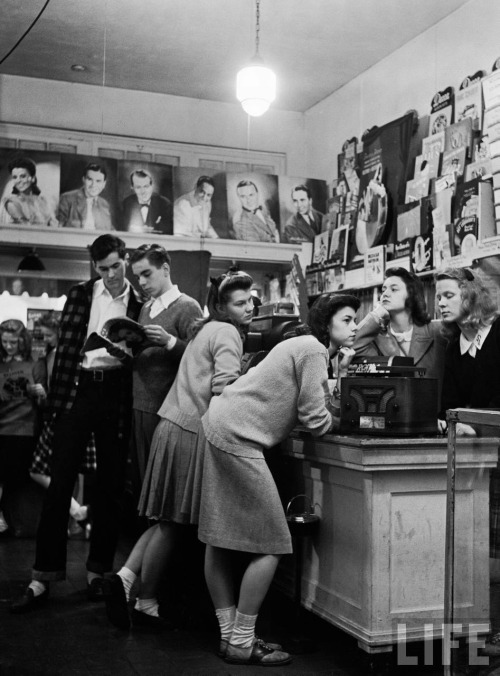 GREAT PICTURE : THE LOVE OF MUSIC 45andsingle: shanpagnesoiree: rubyredglitterpumps:  Group of teenagers listening to 45 rpm. records as they shop for the latest hits at a record store in West Grove, MS, 1944 but what song?? They were probably listening to Big Band music, Benny Goodman, or maybe Frank Sinatra, though if it was indeed in 1944 they were shopping for 78rpms. The 45rpm was not introduced until 1949. Great picture!