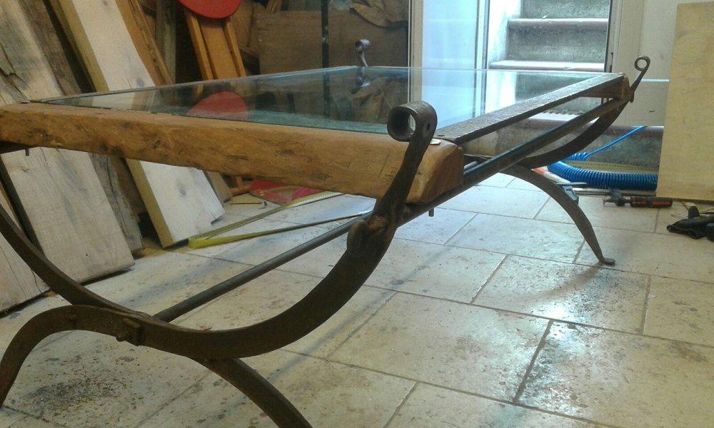 - Tavolino da fumoRealizzato con cristallo, il ferro è la struttura di una vecchia branda militare modificata e il legno delle bellissime assi di olivo.