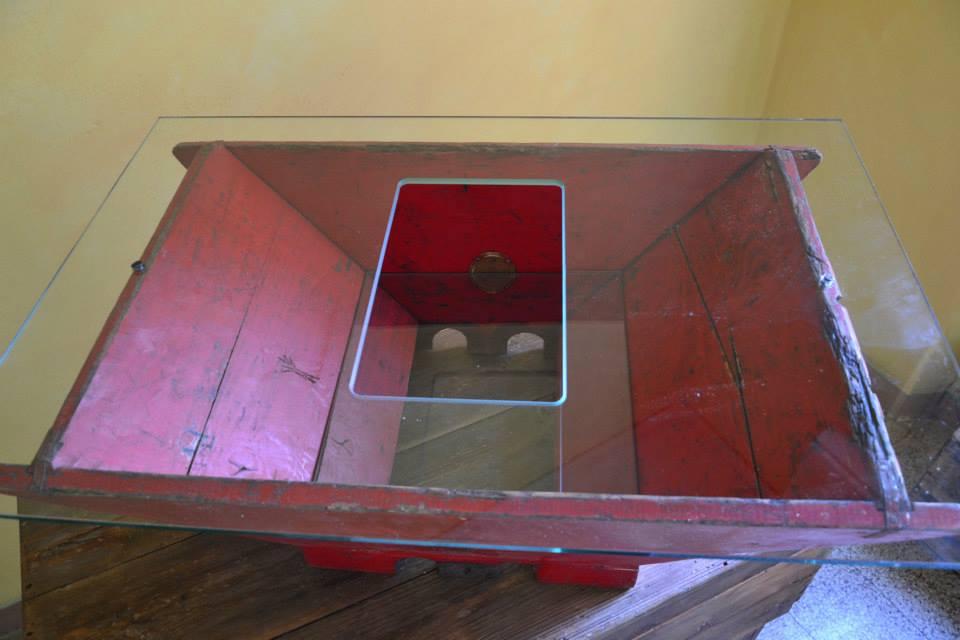 - Tavolino da fumoRealizzato con legno di una vecchia macina per uva e doppio cristallo con foro centrale