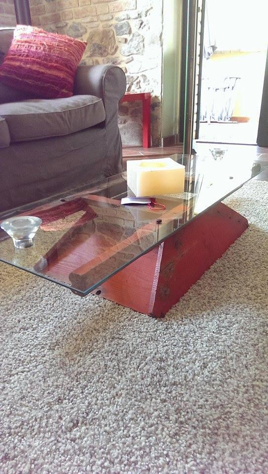 Tavolino da fumo Realizzato con legno di una vecchia macina per uva e piano in cristallo