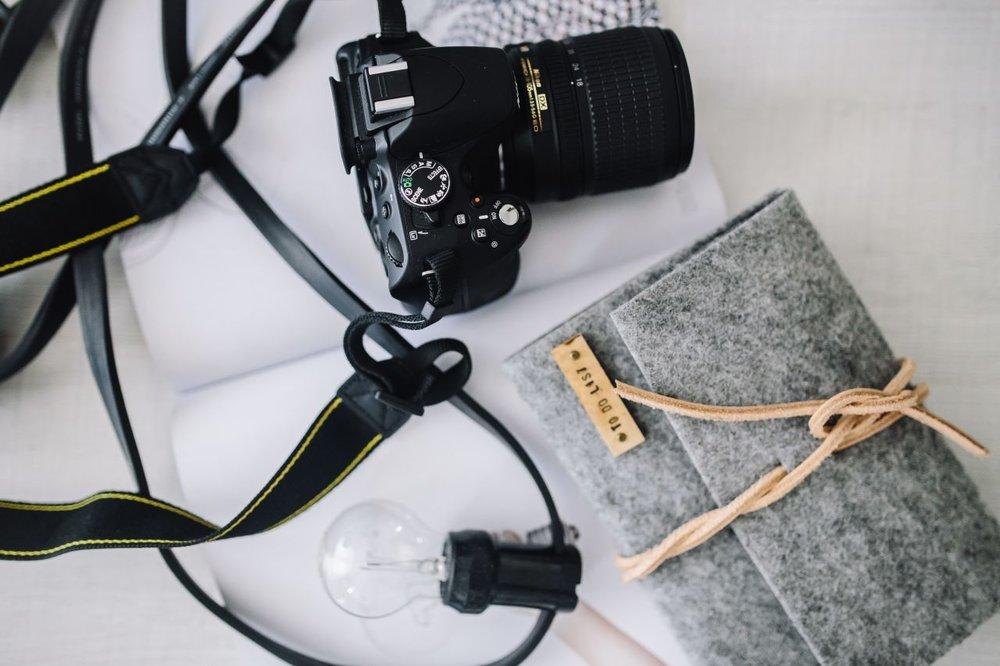 kaboompics_Black camera with a grey wallet.jpg