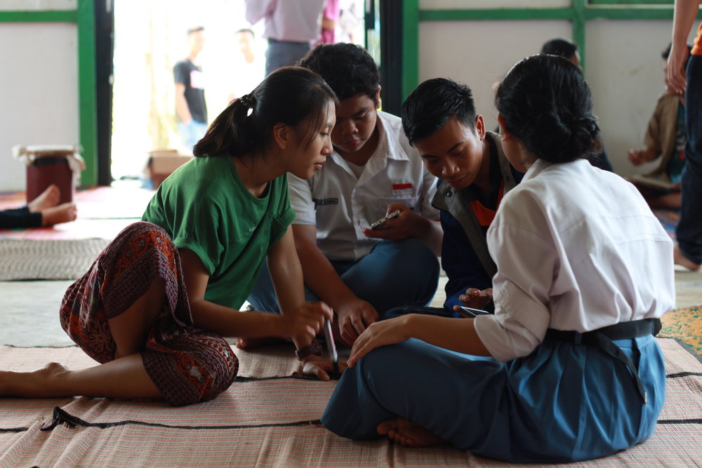 Our team give media training to Dayak students in the village.