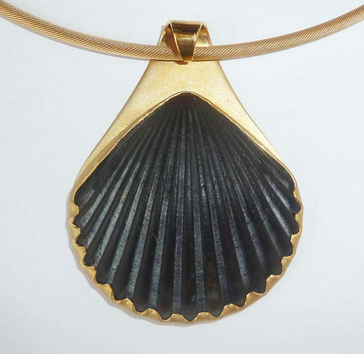 Black Scallop Shell Pndt.jpg