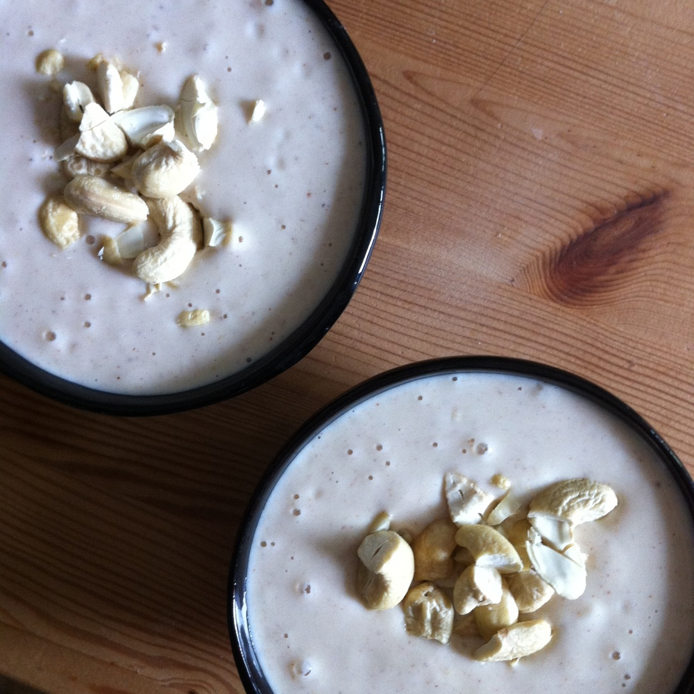 Leicht gefrorene Cashew-Joghurt-Creme mit Banane und Erdbeeren