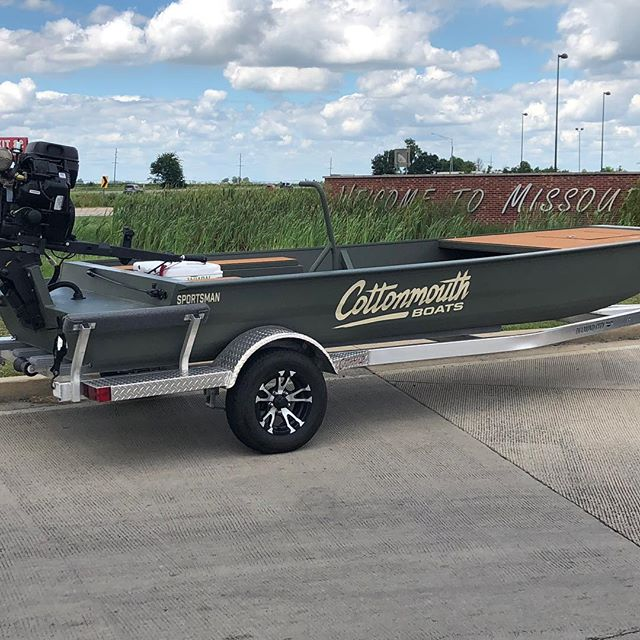 Our National Pro Staff Team headed to have a weekend of fun with the IL Ducks Unlimited Chapter on the Illinois River for crawfish and the unveiling of Louisiana's best kept secret: Cottonmouth Boats on a National Level.  17x48 Sportsman powered by a Boss 44 EFI. This is going to be a great weekend of fun with our Friends at DU. @ducksunlimitedinc #Boats #Crawfish #DucksUnlimited #BossDrives