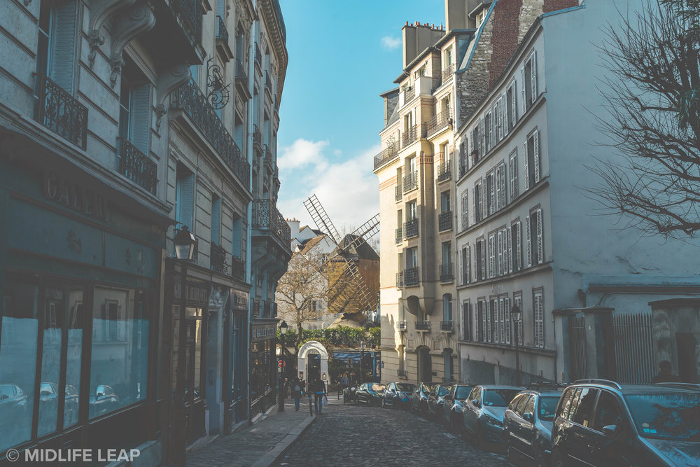 rue-lepic-what-to-do-in-montmartre-18th-arrondissement-paris