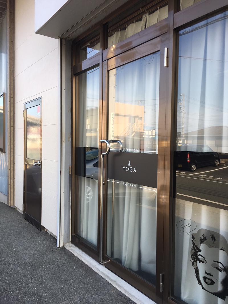 LOCATION - 三重県松阪市荒木町149-623号線、伊勢方面から見て信号【大口町】を左折。(セブンイレブンとミニストップの間)直進250m先【くろしお家】を右手に右折。20m先、左手【建築工房アサヌマ】の横が【ジーワークスヨガスタジオ】です。<お車の方>スタジオの前に駐車してください。