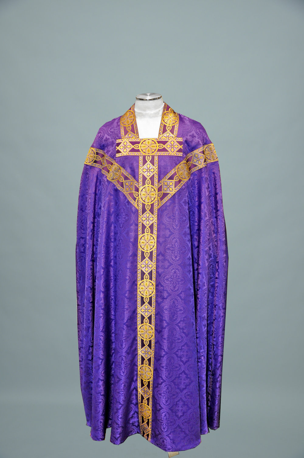 Conicle Chasuble Davinci Purple W 1180 Purple gold (f) 1.jpg