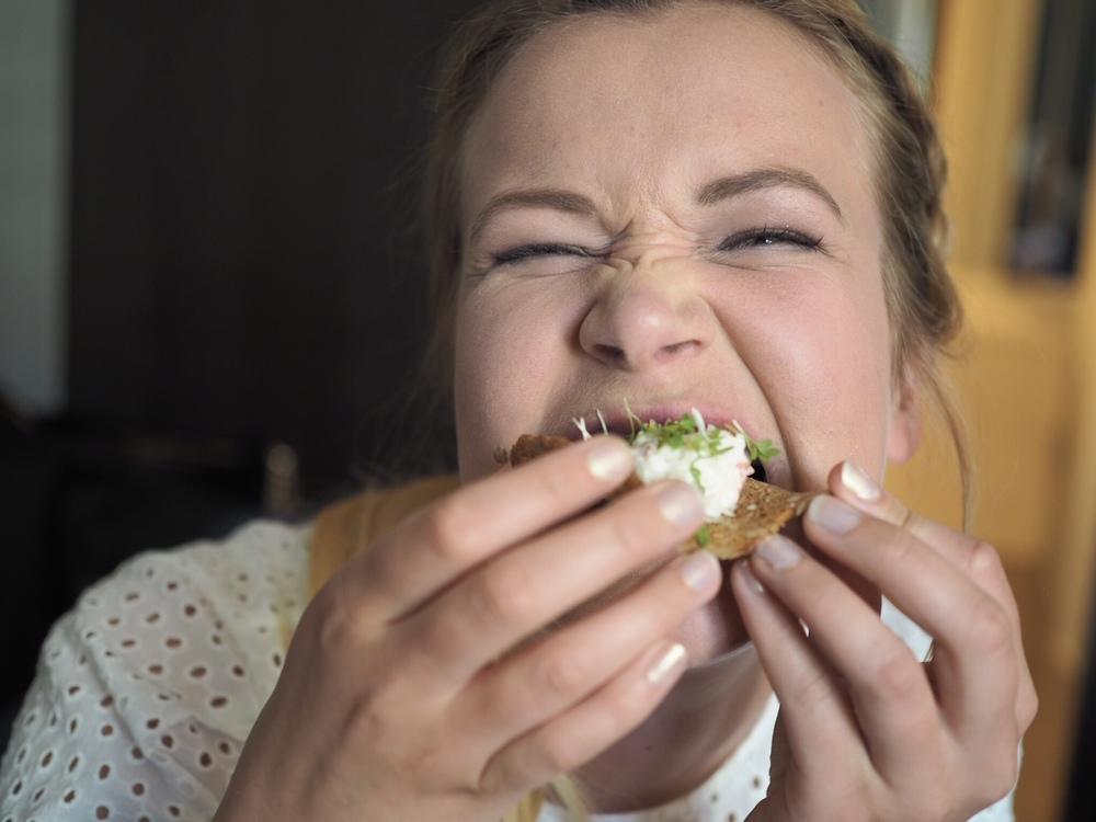 Og slik spiser man kanapeer som en treningsblogger. MÅ. HA. MAT.
