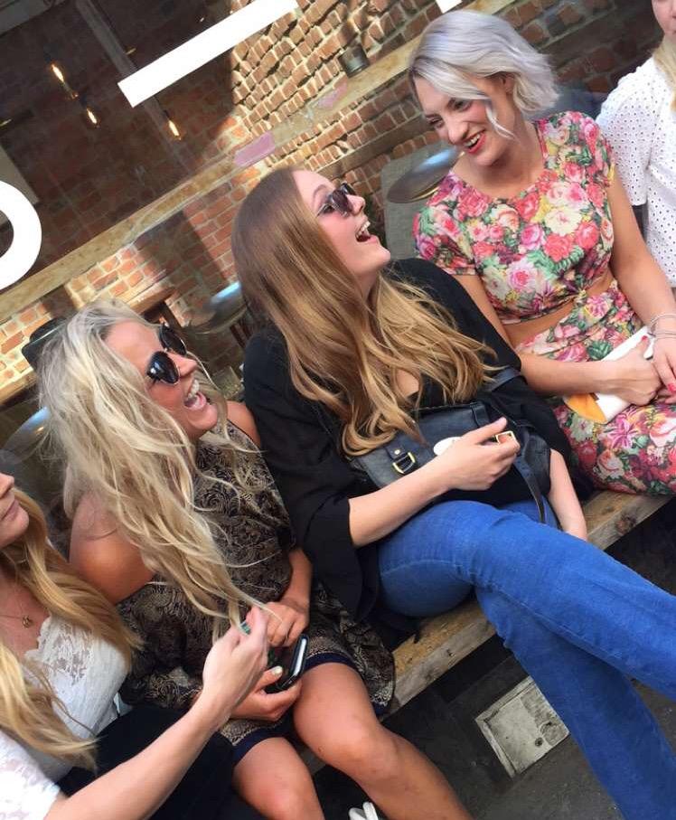 MÆHHØØ! Jeg og @camillalor lærer alle å le med HELE munnen! Slik får man de beste bildene! Vedder på at Stock Photos ringer oss etter å ha sett denne bloggposten...(Tag: girls having fun, laughing, summer, party, Oslo)