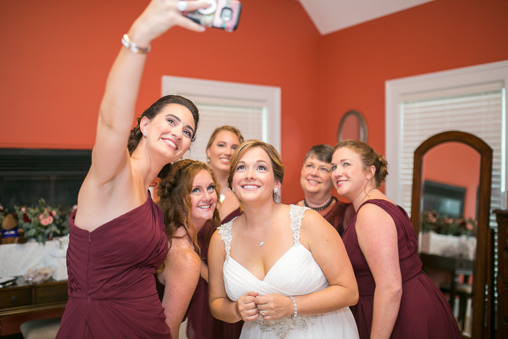 Let me take a selfie | Candid Wedding Photographer in Culpeper, VA | Rustic Wedding Venue