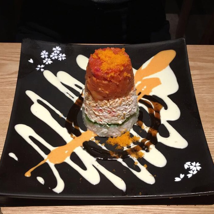 Willis Tower: spicy tuna crab & avocado with sushi rice