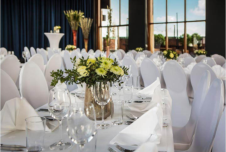 Vi dekker stilfulle bord til bryllupsmiddagen, og kan være behjelpelig med å finne dekorasjoner etc. som passer inn i lokalet.
