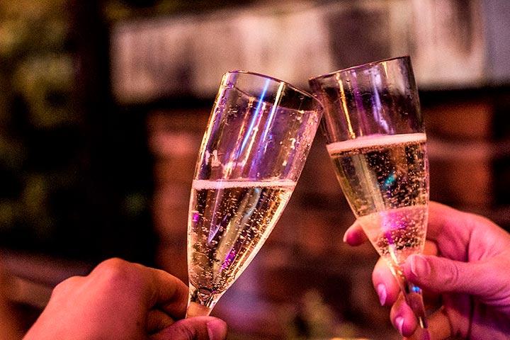 Start julebordet med et glass aperitiff. Selskapslokalet tillater flotte områder for mingling.