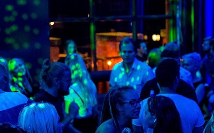 Dansegulvet er romslig og gir dine kollegaer rom for å slippe seg løs.