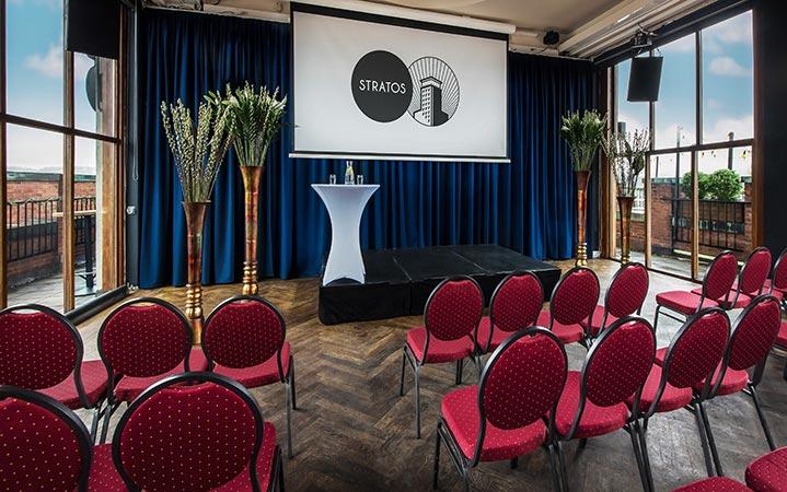 Vi har projektor i flere av møterommene, og kan sette frem bord og stoler i det oppsettet dere ønsker.