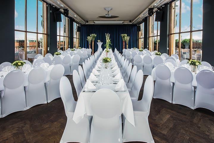 De fleste selskapslokaler i Oslo kan dekke bord på forskjellige måter. Forhør deg med lokalet hvilke muligheter de har.