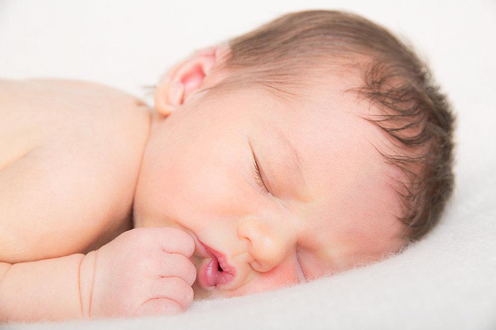 Nyfødtfotografering  Nyfødtfotografering gjennomføres i studio med varighet på et par timer. Barnet må være mellom 3-10 dager gammel.