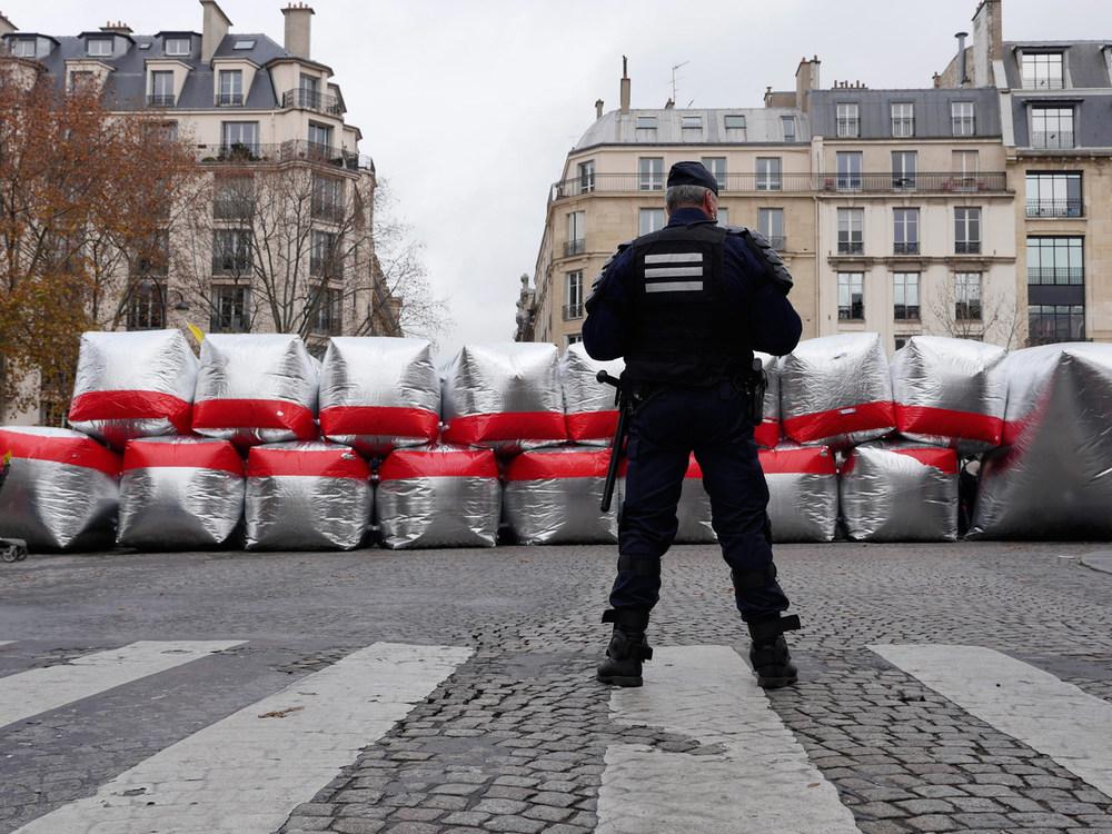Blocking a street near the Arc de Triomphe