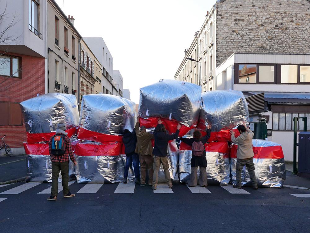 Inflatable barricade